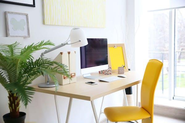 zona de trabajo con silla amarilla