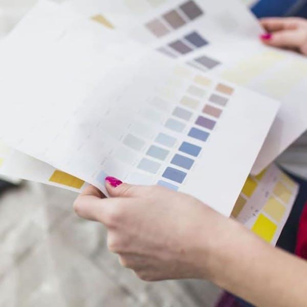 Papeles con muestras de colores en las manos de Anna