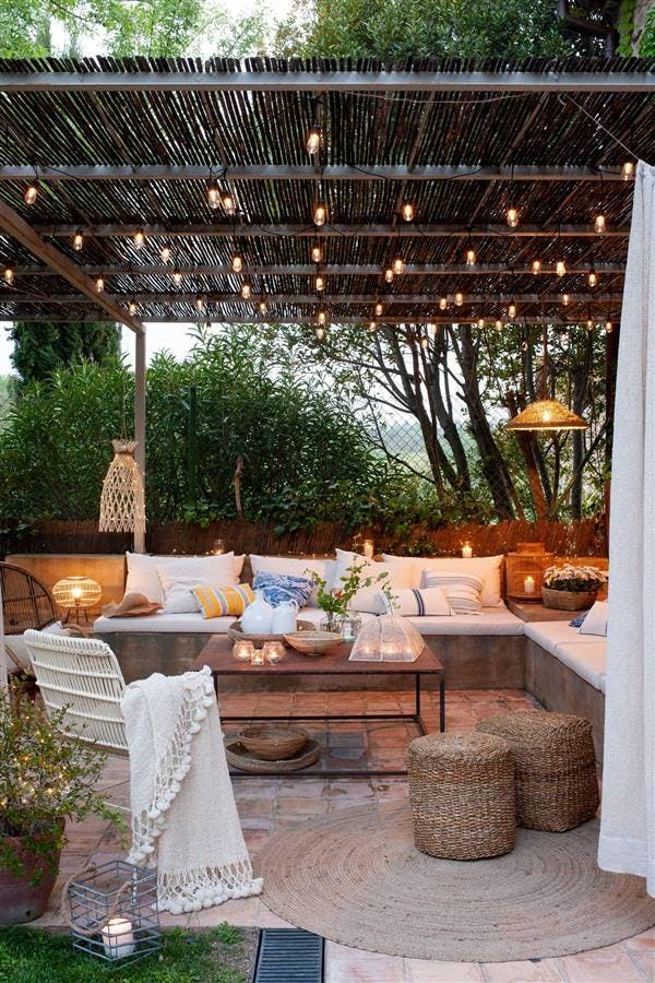 Terraza iluminada con bombillas