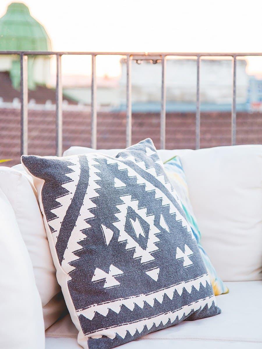 Cojín étnico en un sofá para exterior