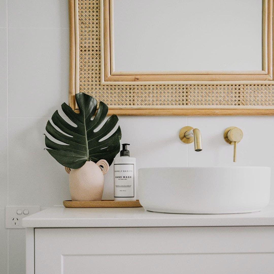 detalle lavabo y espejo de ratan
