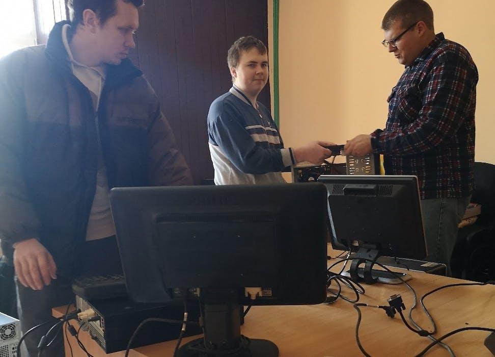 Sutvarkyti bendruomenės seni kompiuteriai moksleiviams