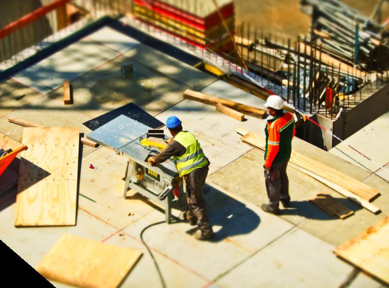 2 artisans travaillent sur un chantier