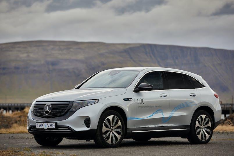 Mercedes-Benz EQC Esjan í bakgrunn
