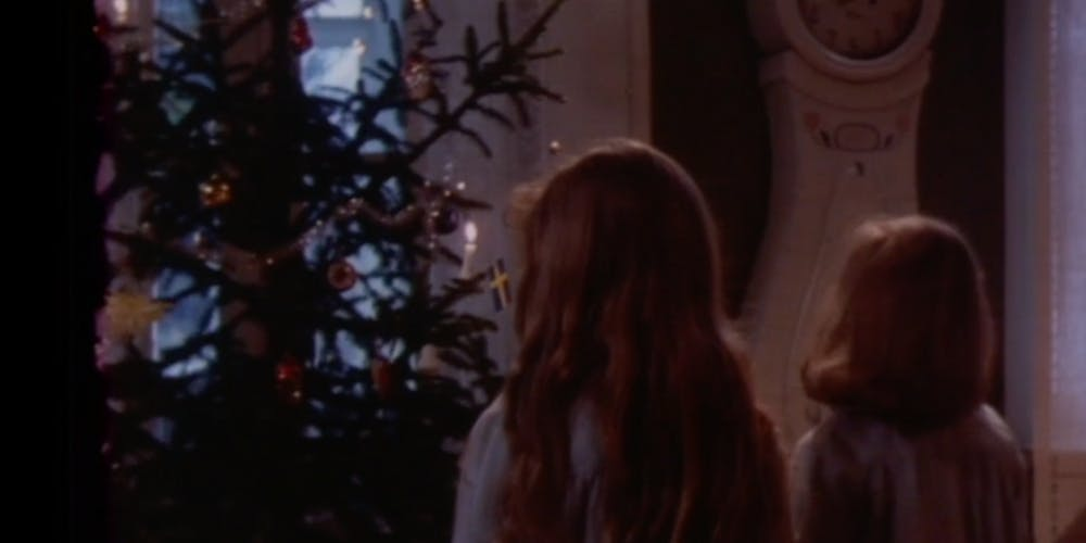 Madicken och Lisabet framför granen