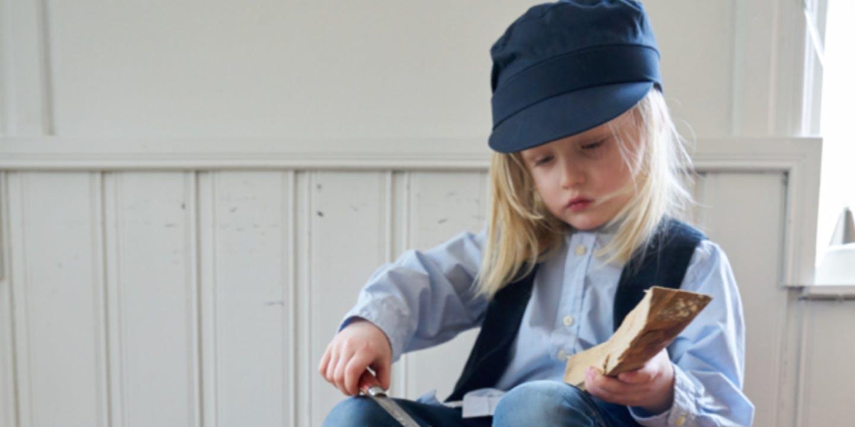 Flicka klädd somEmil i Lönneberga