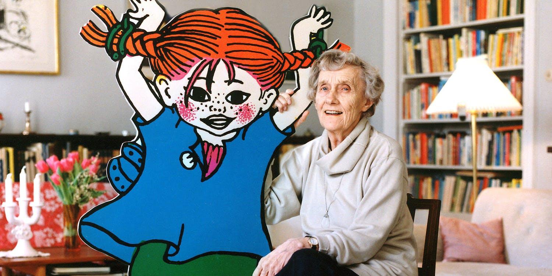 Astrid i vardagsrummet med en Pippibild