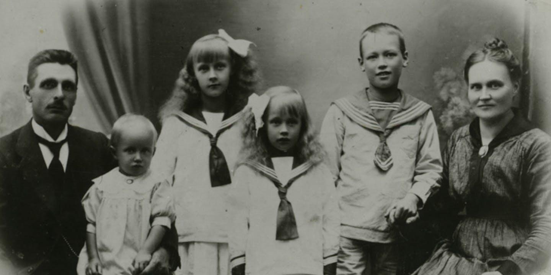 Astrid Lindgren som barn med sin familj