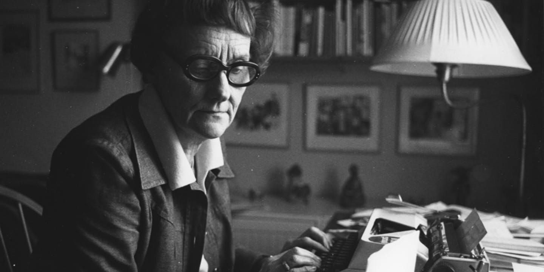 Astrid Lindgren vid skrivmaskinen