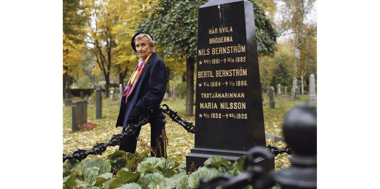 Astrid vid bröderna Bernströms grav