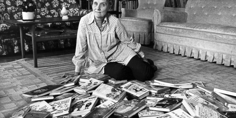 Astrid med sina böcker