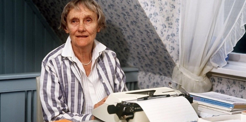 Astrid Lindgren med sin skrivmaskin