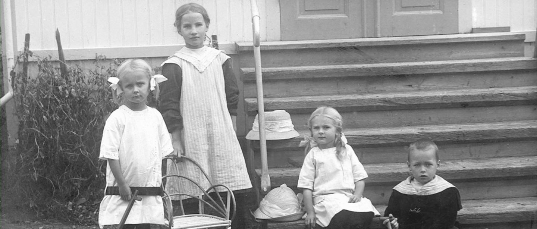 Astrid Lindgren som liten med tre andra barn