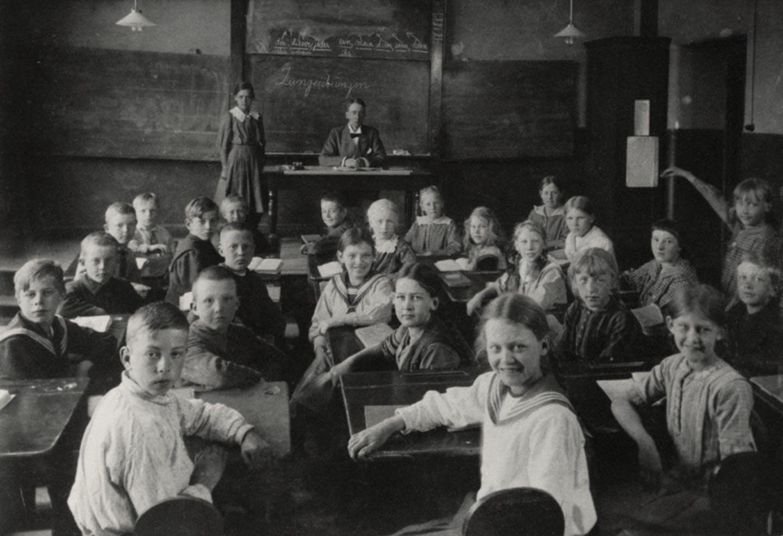 Astrid räcker upp handen i skolan