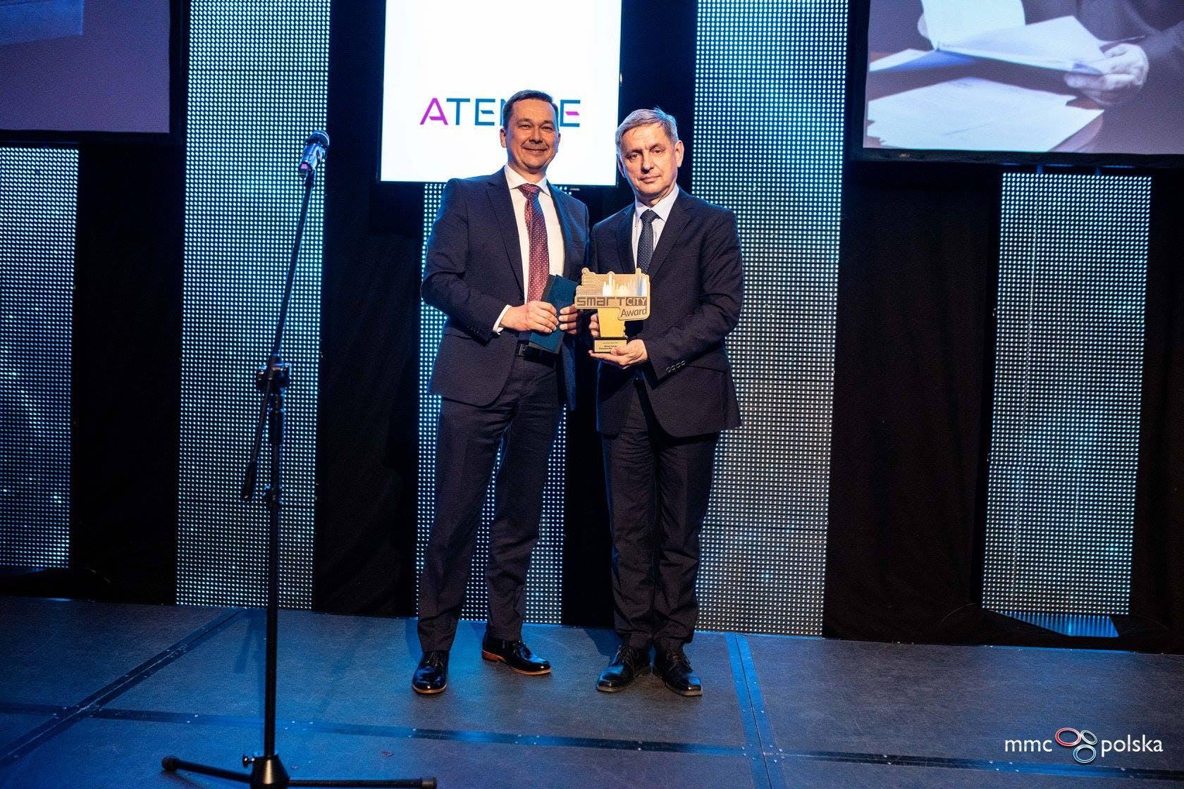 Michał Zalewski, Prezydent Miasta Torunia, odbierający nagrodę Człowieka Roku 2018 podczas Smart City Forum. Nagrodę wręcza Jacek Szczepański, Wiceprezes Zarządu Atende SA