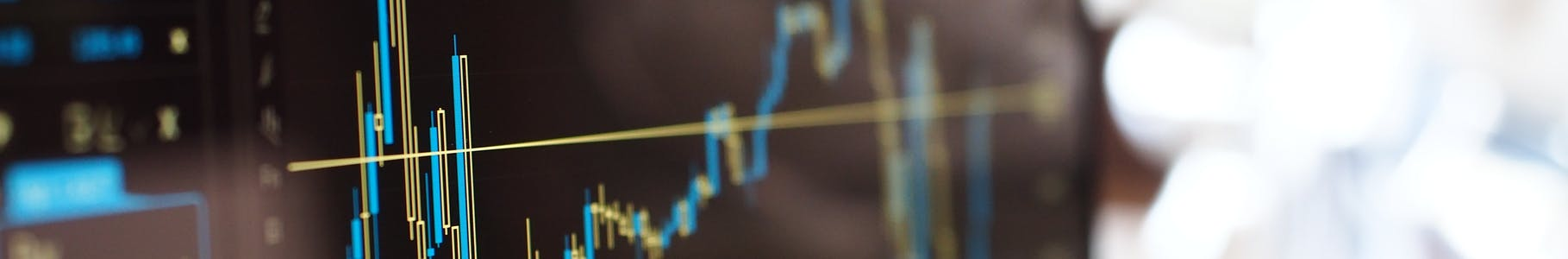 Multimedialny wykres, analiza finansowa na ekranie komputera