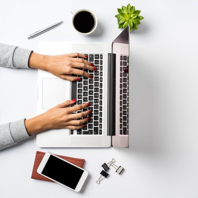 Osoba pracująca przy laptopie dzięki zdalnemu dostępowi do zasobów