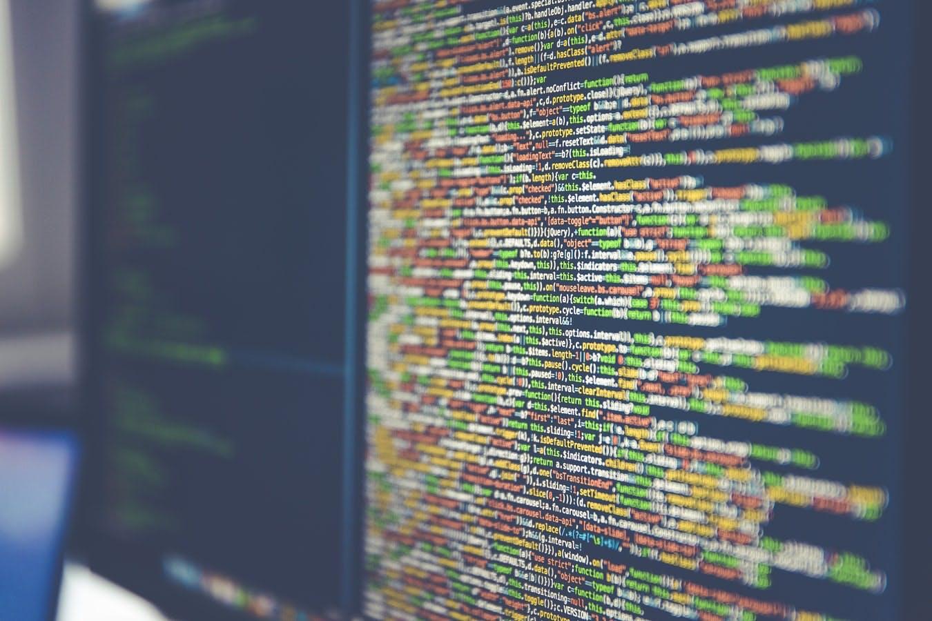 Monitor na którym widać uruchomiony program do programowania