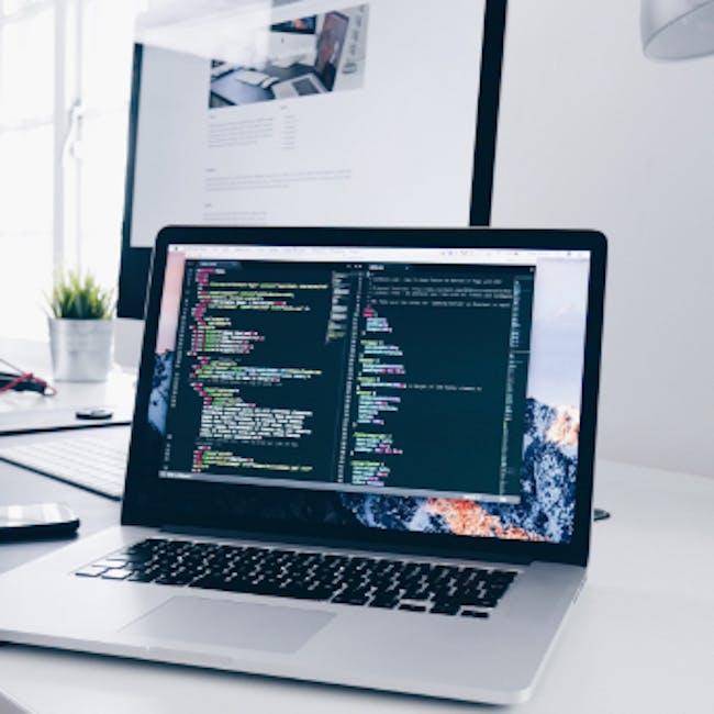 Laptop na ekranie którego widać uruchomioną aplikację, program