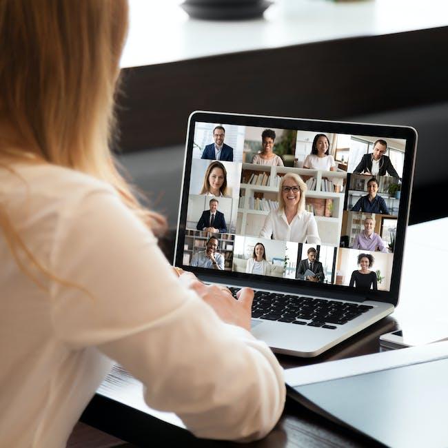 Kobieta pracująca przy laptopie i uczestnicząca w wideospotkaniu