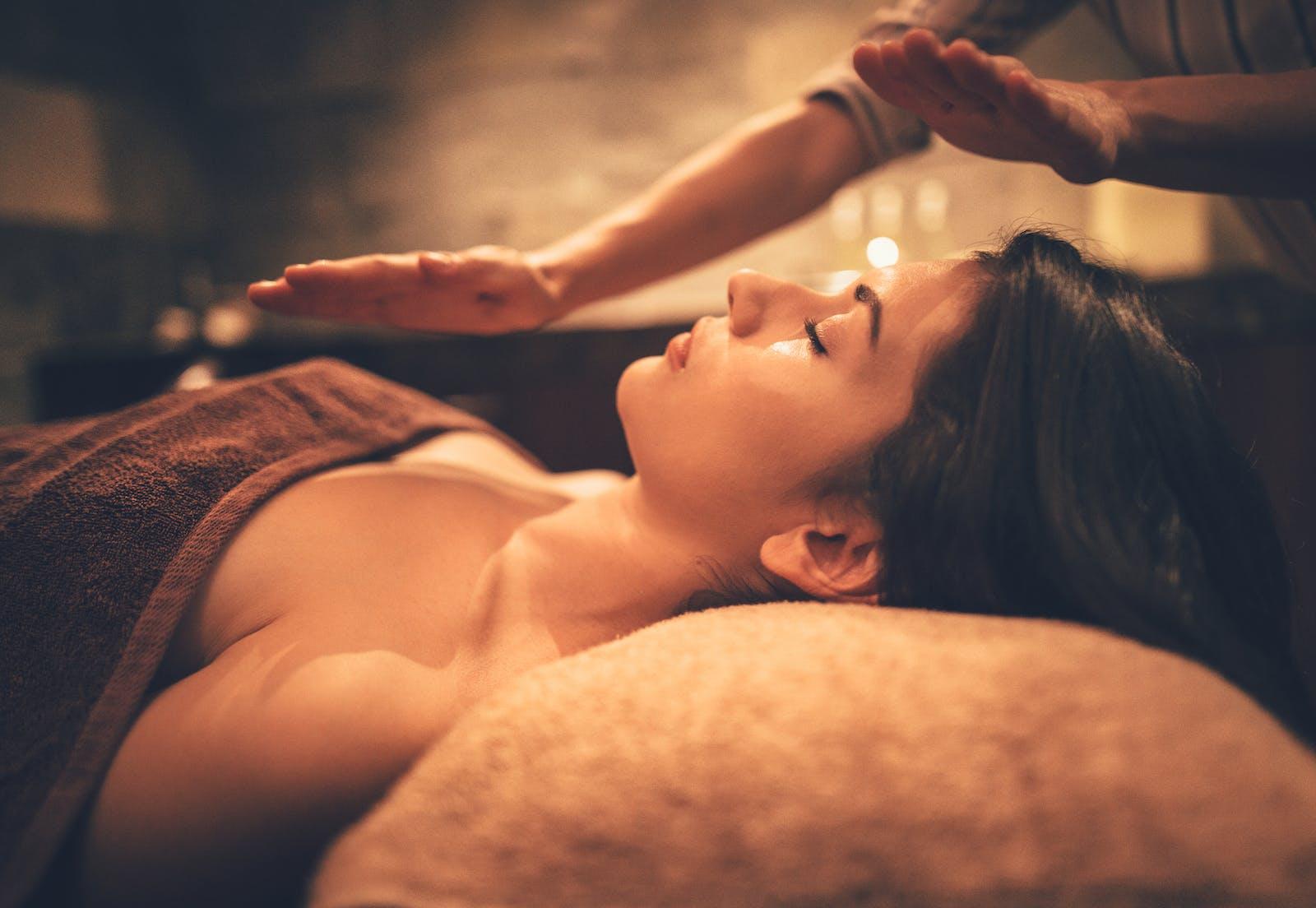 Soin bien être et massage aux pierres chaudes – coaching – programme de coaching – soin énergétique Reiki – LaHoChi.