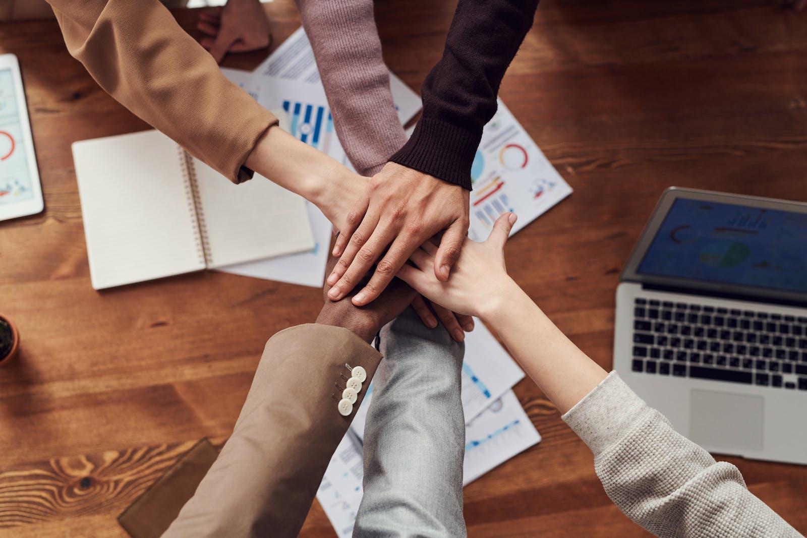 Soins énergétiques Reïki et LaHoChi en Entreprise en groupe ou en individuel. Favorise le travail en équipe, la concentration au travail.