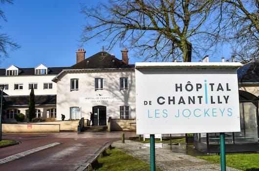 Entrée de l'hôpital de Chantilly - Les Jockeys