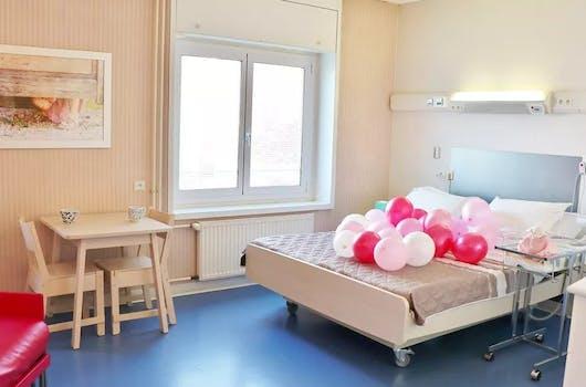 Chambre de maternité du Groupe Hospitalier Mutualiste de Grenoble avec des ballons roses
