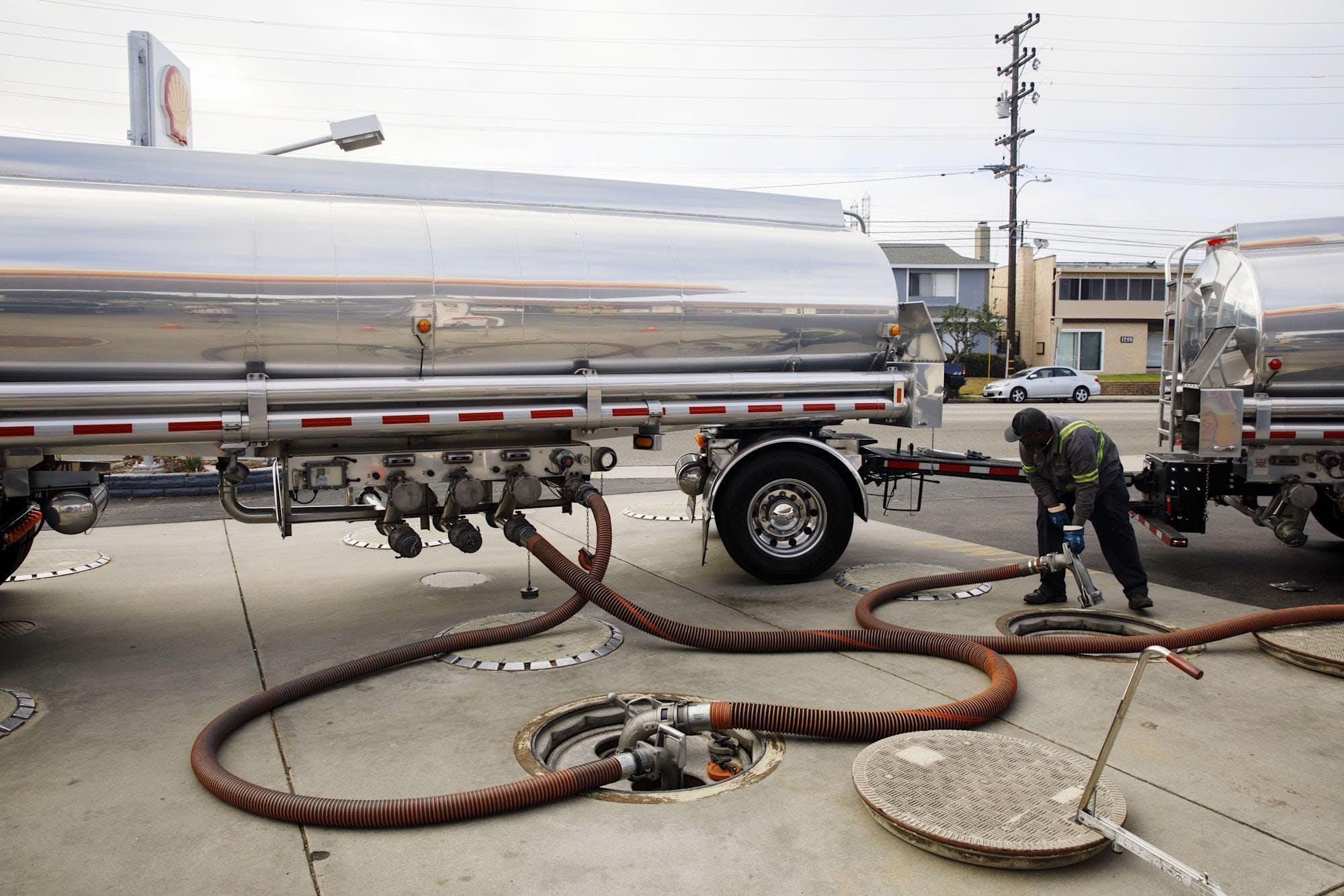 Oil tanks tubes worker