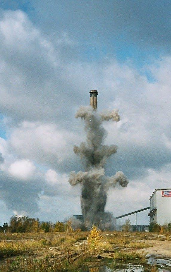Sprengung eines 300m-hohen Schornsteins am 19. Oktober 2002