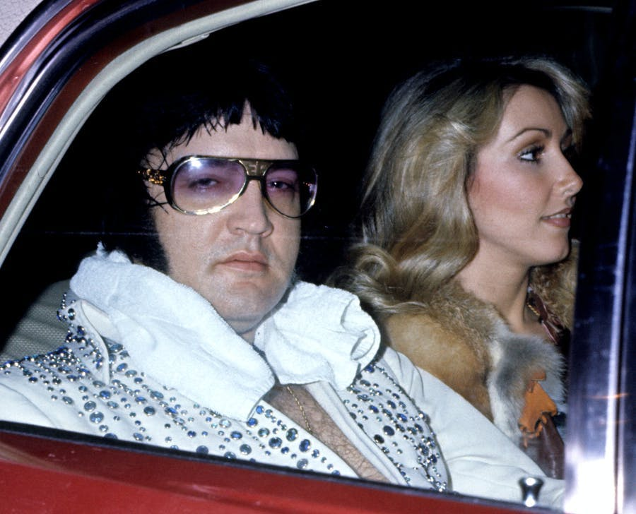 Elvis Presley avec sa petite amie Linda Thompson à l'hôtel Hilton de Cincinnati, Ohio, image © Tom Wargacki : WireImage : Getty Images