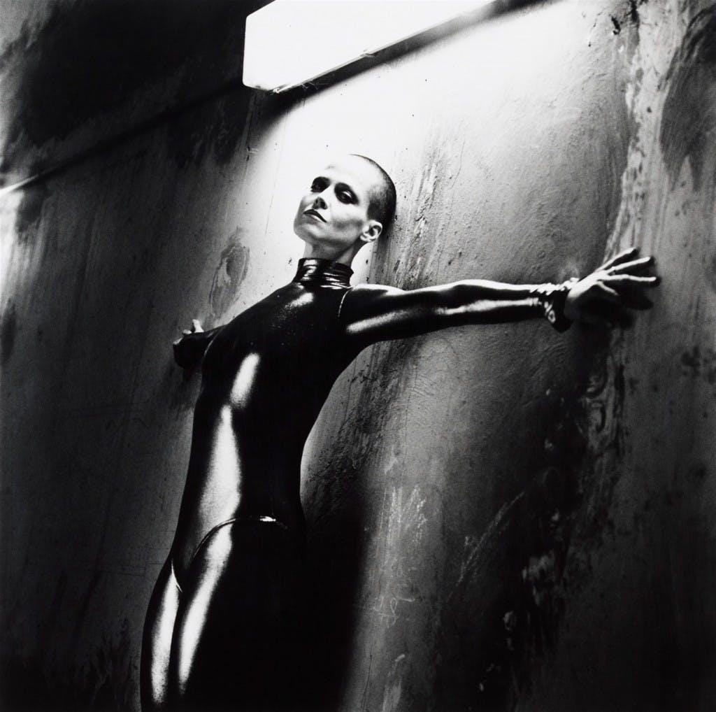 HELMUT NEWTON (Berlin 1920 - 2004 Los Angeles) - Sigourney Weaver dans Alien III, Monte-Carlo, 2/10, Signé et daté, 1991 Estimation: 8.000-10.000 EUR