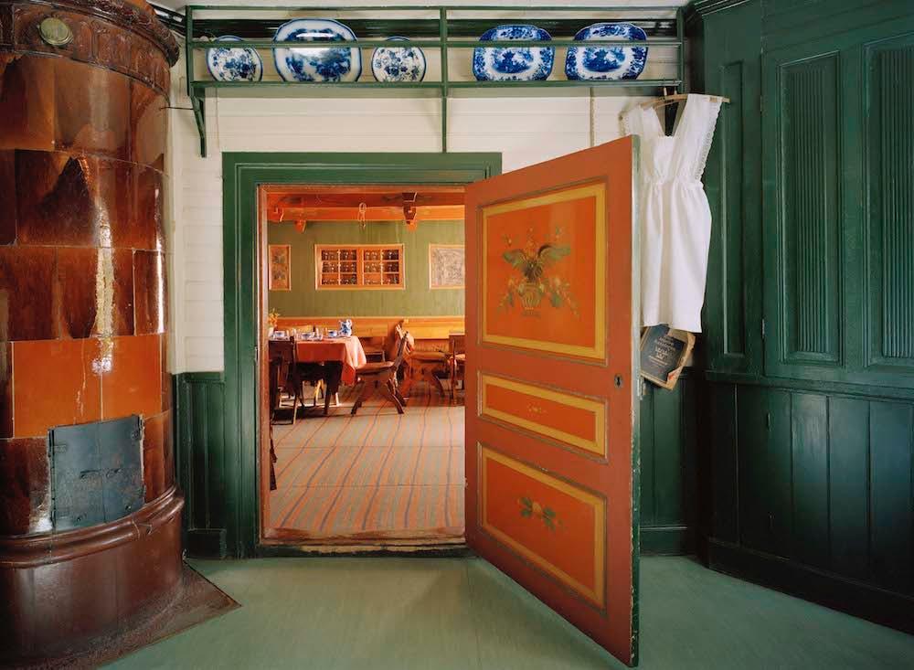 Från serveringsrummet ser vi in i matsalen. Foto Åke Eson Lindman