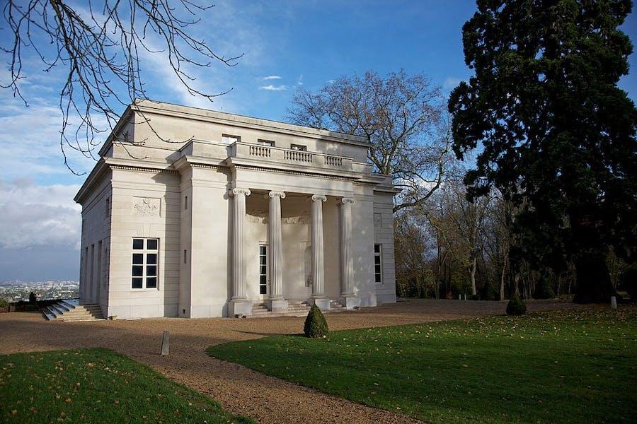 Pavillon de musique classique à Louveciennes, construit en 1771, image © Jean-Marie Hullot via Wikimedia Commons