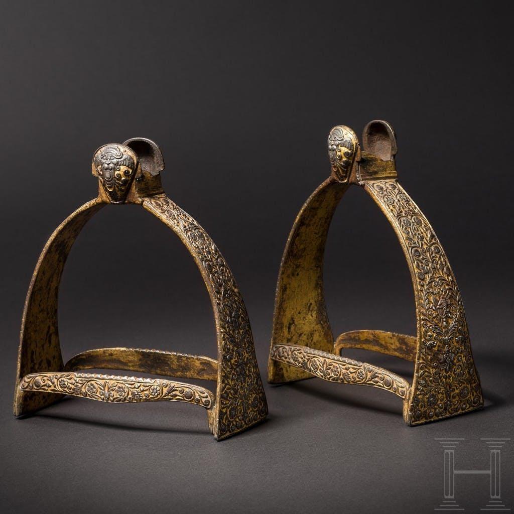 Une paire d'étriers taillés et dorés, de l'atelier de Caspar Spät, Munich, au milieu du XVIIe siècle, image ©Hermann Historica