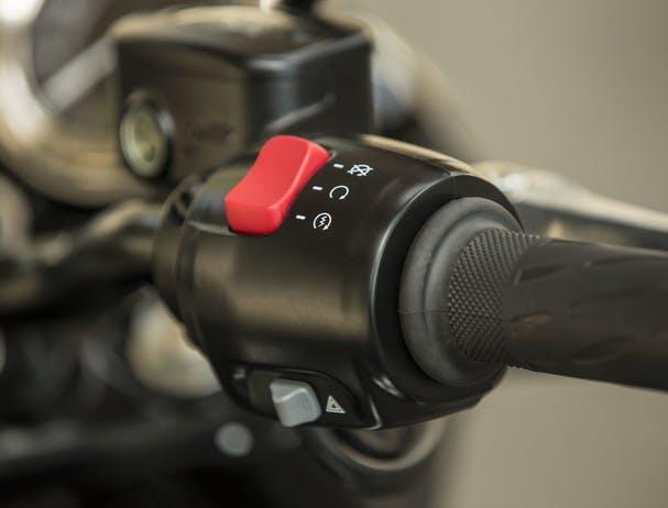 TRIUMPH THE BONNEVILLE T100 BLACK switchable traction control system