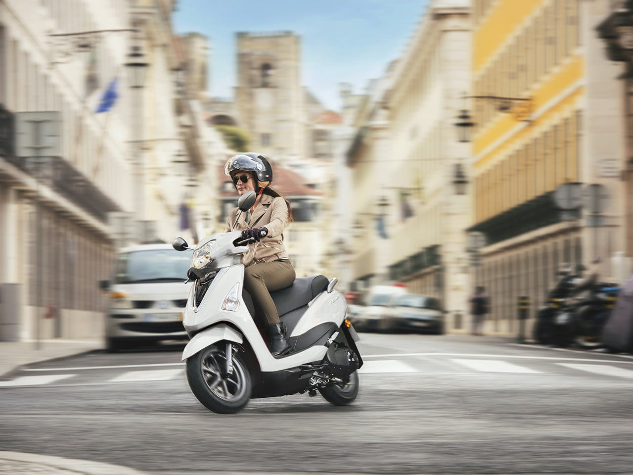 YAMAHA D'ELIGHT 125 in Milky White colour on the road