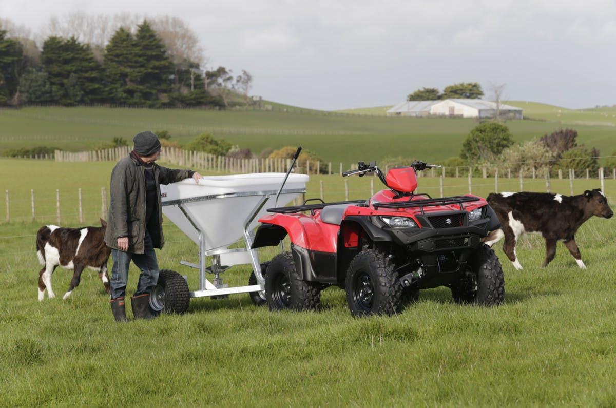 SUZUKI KINGQUAD 750AXI 4x4 PS towing in farm