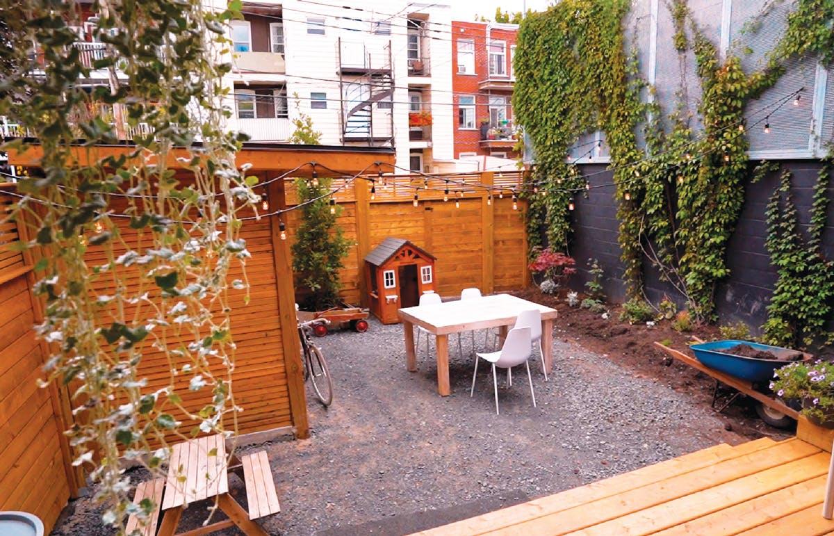 La cour arrière rénovée de Simon - espace jardin