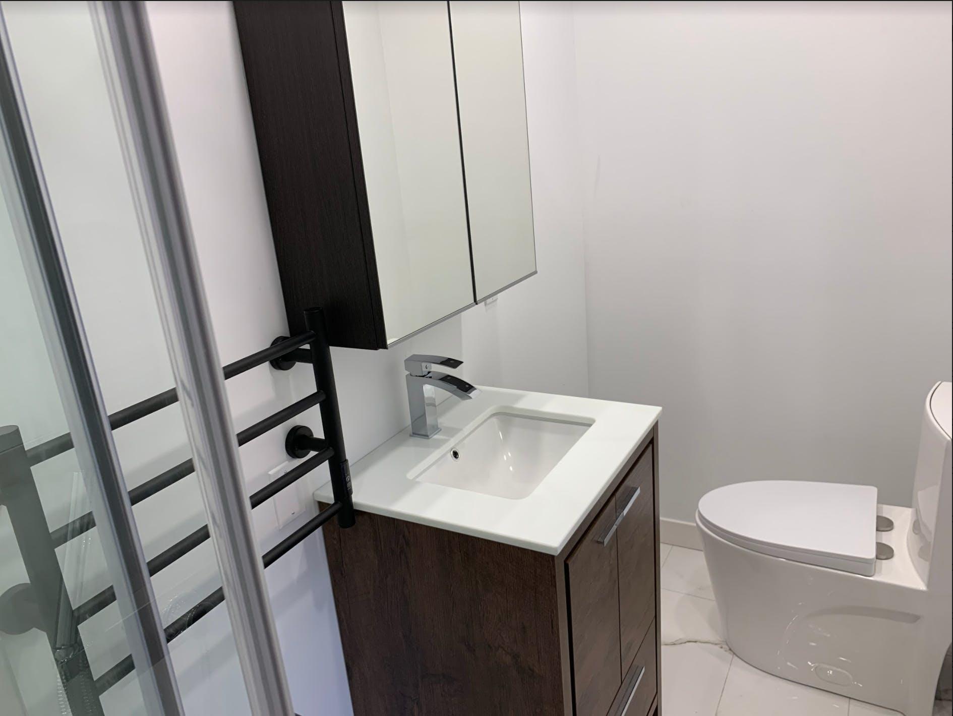 Vanité et toilettes dans salle de bain rénovée