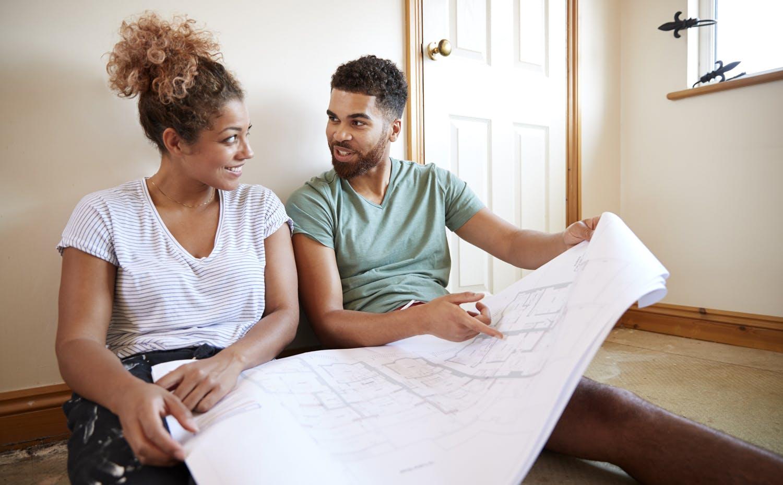 Un couple planifie la rénovation de leur maison