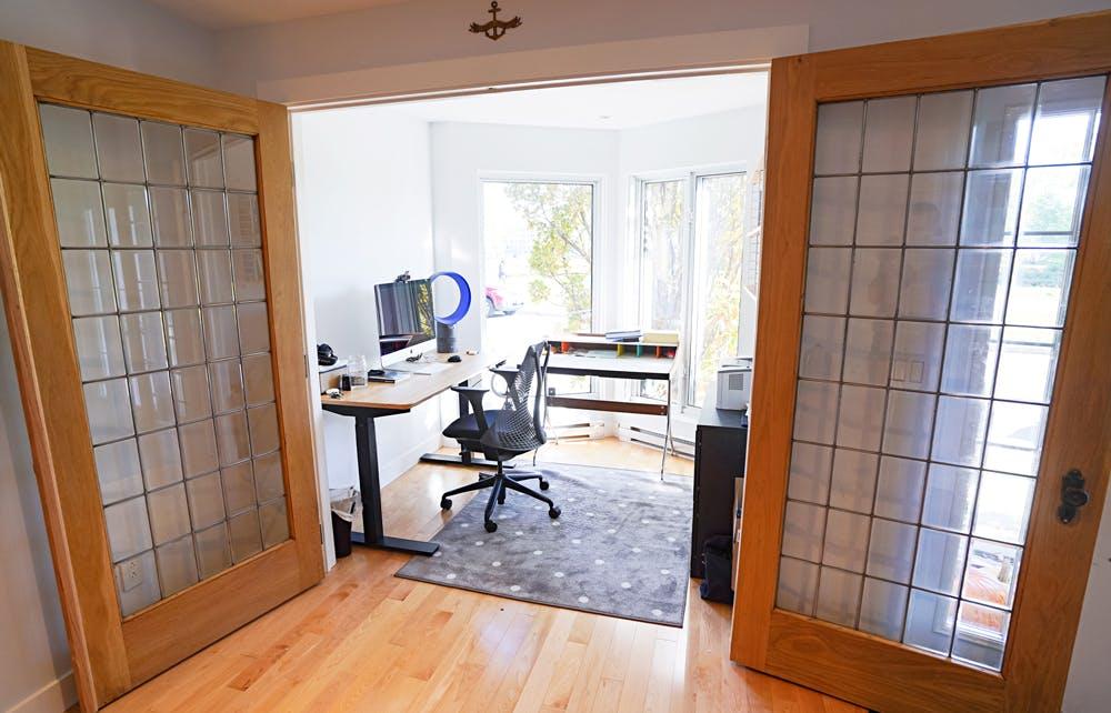 Un bureau à domicile avec des portes françaises