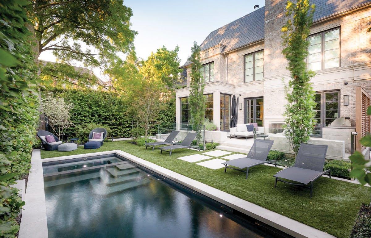 Une cour avec piscine et chaises de jardin