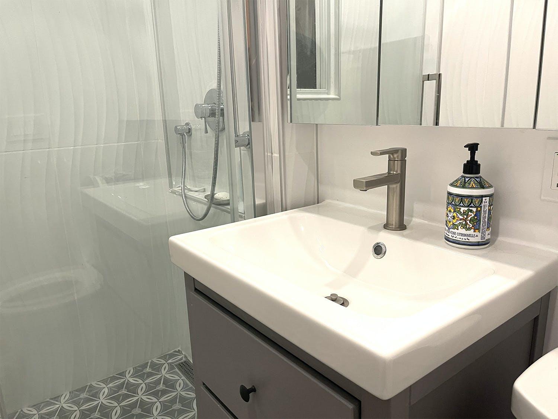 Lavabo de salle de bain rénové