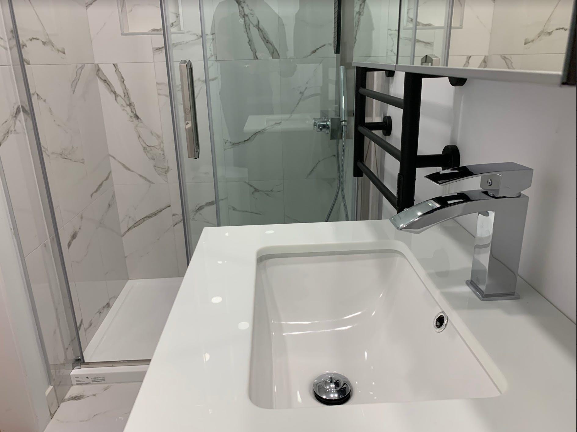 Nouveau lavabo dans salle de bain rénovée