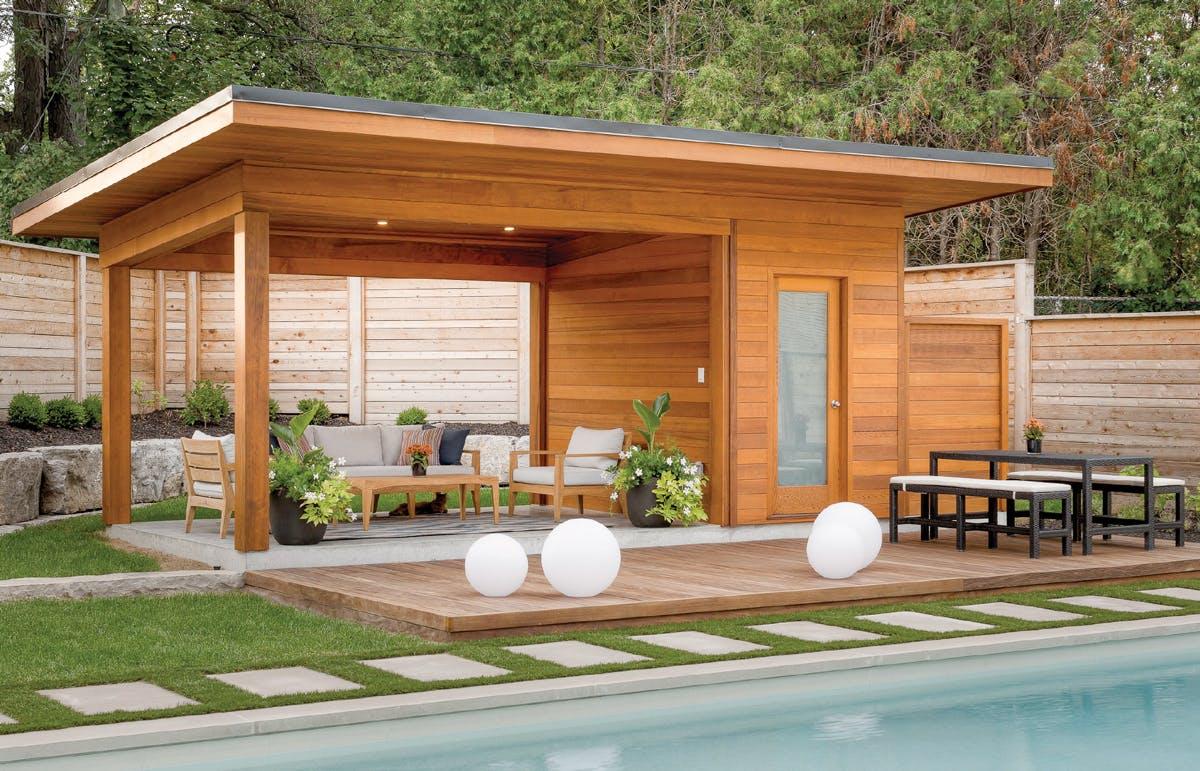Une cour avec un pavillon de piscine