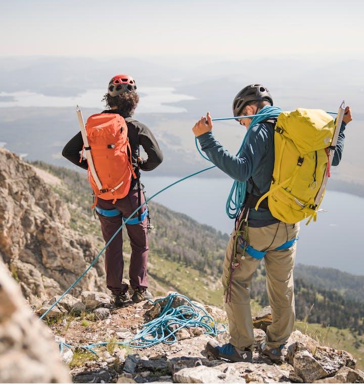 climbers organizing rope