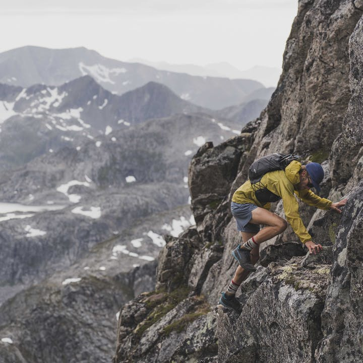 A photo by Julen Elorza of Kyle Richardson running in Norway