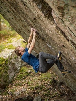 Nalle Hukkataival climbing a boulder
