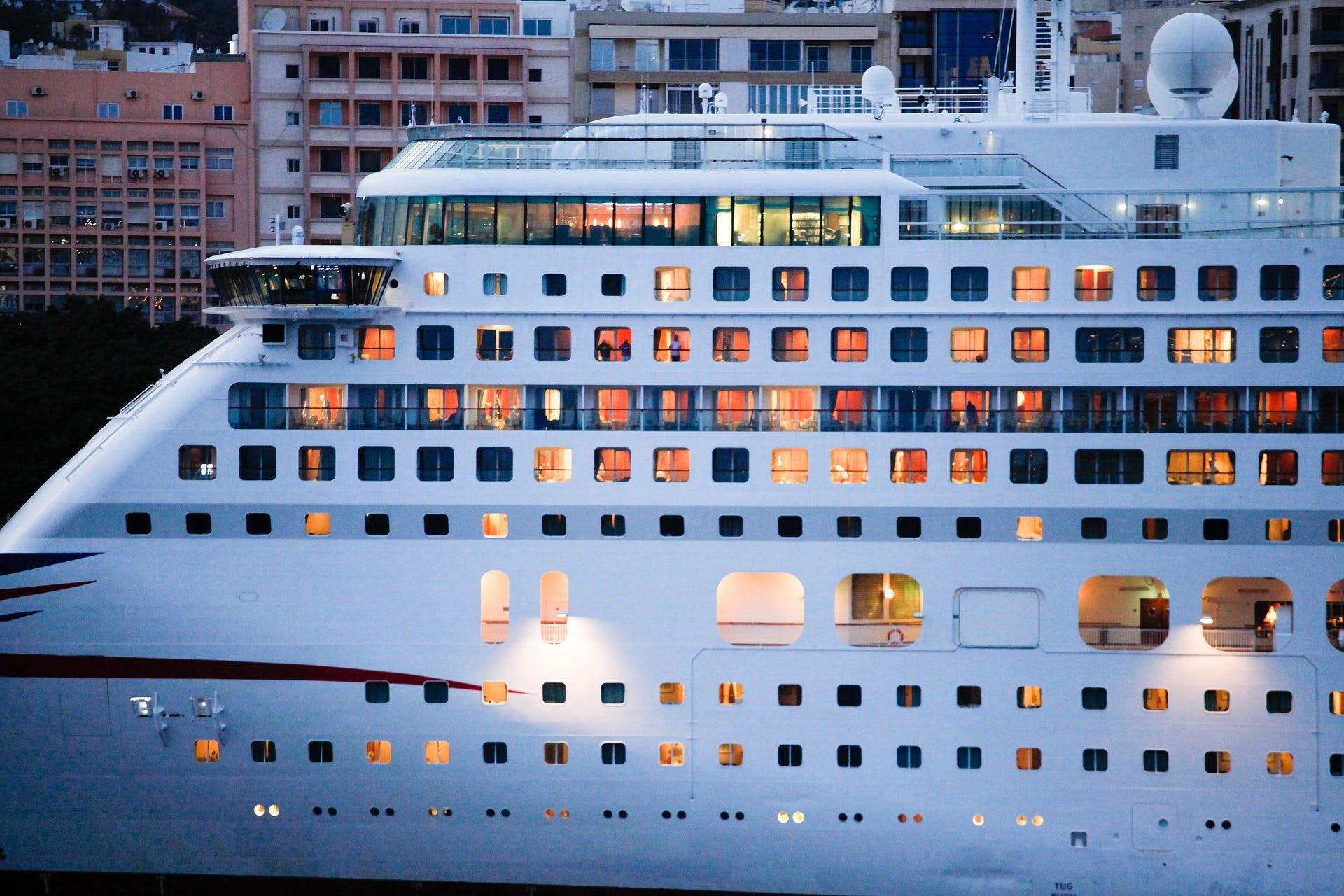 lateral de um navio de cruzeiro, mostrando as janelas das cabines